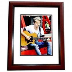 Real Deal Memorabilia NHoran8x10-2MF 8 x 10 in. Niall Horan Autographed 1D One Direction Photo, Mahogany Custom Frame