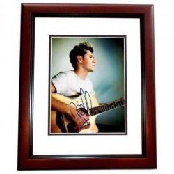 Real Deal Memorabilia NHoran11x14-2MF 11 x 14 in. Niall Horan Autographed Sexy Singer Photo, Mahogany Custom Frame